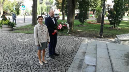 Złożenie wiązanki kwiatów pod Pomnikiem Wdzięczności
